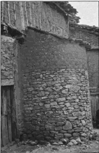 Horno semicircular de adobe y piedra